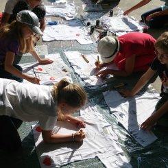 T-Shirts bemalen, besprayen...eine tolle Erinnerung an das Tagescamp