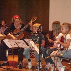 Alle machen mit....ob mit Gitarre, Gesang oder Percussion